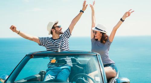 SE-Blog_Bilsemester-Europa_Happy-couple-in-car_905x500.jpg
